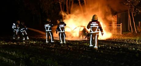Crosswagen in Beerzerveld vliegt in brand
