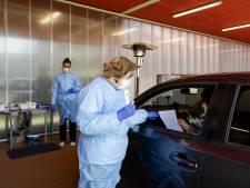 Twentse zorgmedewerkers voor coronatest naar drive-in in Enschedese parkeergarage