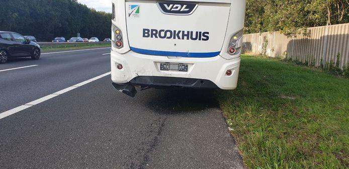 De bus van Brookhuis liep schade op.