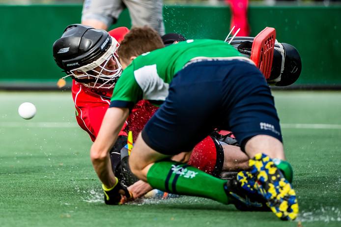 Mabelis (voorgrond) scoort van dichtbij de 1-0 voor Push.