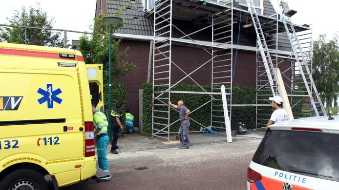 Hulpverleners buigen zich over het slachtoffer in Dongen.