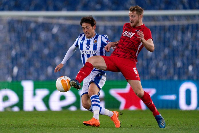 David Silva (l) in duel met Fredrik Midtsjø in de heenwedstrijd tussen Real Sociedad en AZ.