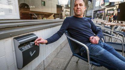 GAS-boete voor peuken op de grond? Cafébaas hangt nu al asbakken op aan gevel