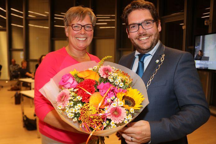 Burgemeester Sebastiaan van 't Erve krijgt bloemen in de gemeenteraad van Lochem nadat de raad besloot om hem aan te bevelen voor een tweede termijn als burgemeester van Lochem.