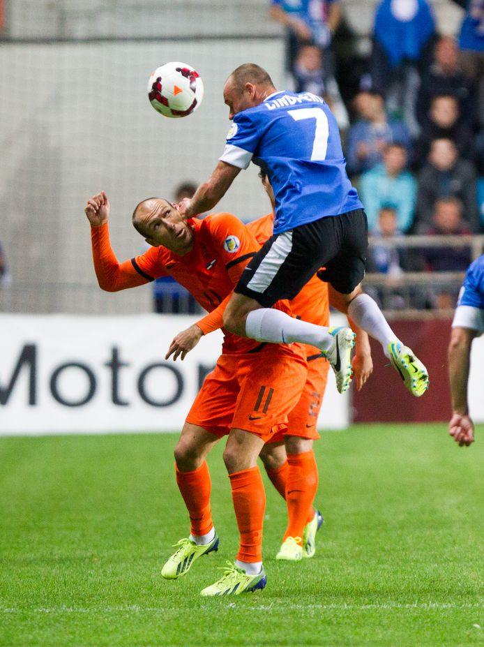 Arjen Robben op 6 september 2013 in duel met Joel Lindpere van Estland.