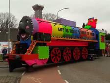 Carnavalswagens trekken door Beek en Loerbeek