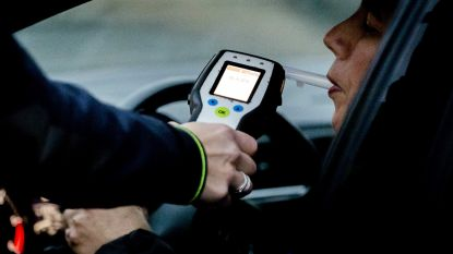 Jonge chauffeur moet rijexamen opnieuw afleggen nadat hij onder invloed tegen gevel van café reed
