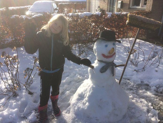 De dochter van Barry Bas wist wat te doen met de sneeuw: een sneeuwpop bouwen! Deze moet Olaf uit de film 'Frozen' voorstellen. Goed gelukt vinden wij!