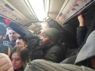 """Woedende verpleegsters delen foto's van overvolle metrostellen in Londen: """"Ik breng mijn gezondheid in gevaar op weg naar ziekenhuis"""""""