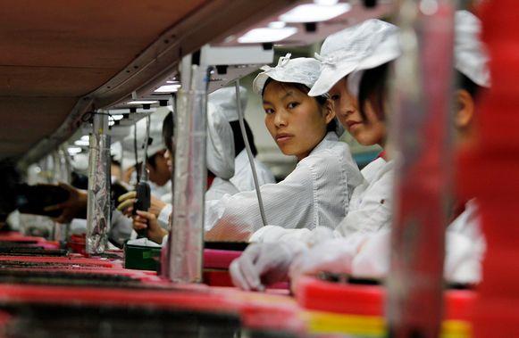 Chinese arbeidsters aan het werk in een fabriek van iPhone-toeleverancier Foxconn. Foto uit 2012.