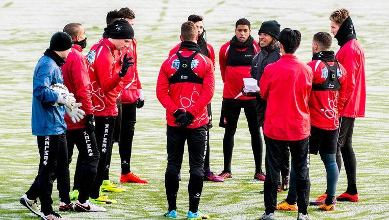 Davids (met zwarte jas en zwarte muts) instrueert de spelers van eerste divisieclub Telstar. Beeld null