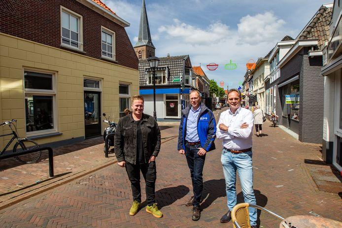 Thomas Vloedgraven, Jan Amse  en Bert Hemeltjen (vlnr) in de Langstraat in Wijhe.