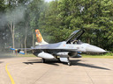 De speciale F-16 is net uit de rokende shelter.