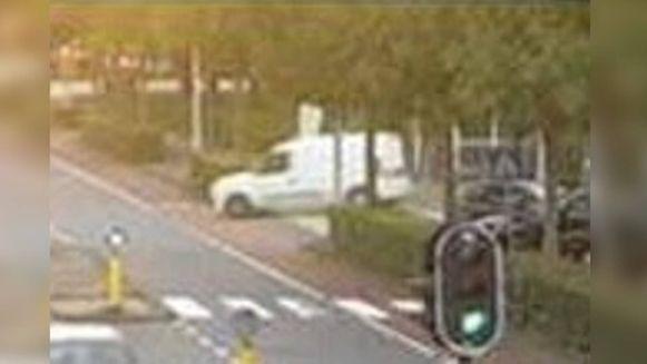 De politie denkt dat de daders van de moord op advocaat Derk Wiersum vluchtten in een witte bestelwagen.