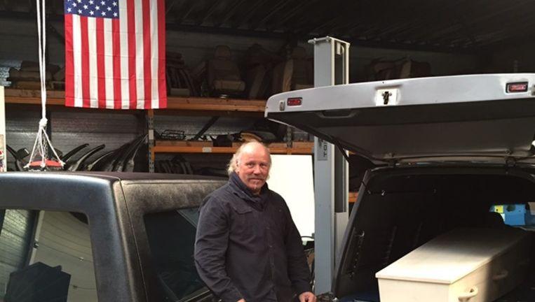 Dominic Scheggetman met zijn zelf opgeknapte lijkwagens. Beeld