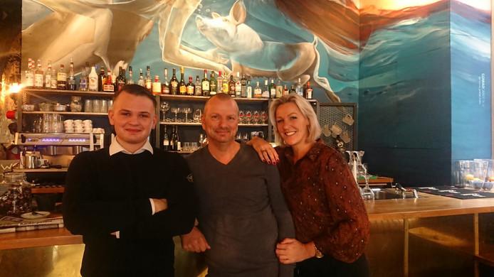 Fred Kramer (m) stapt met zijn zoon Calvin en vrouw Erna in hotel-restaurant Hector in Zierikzee.