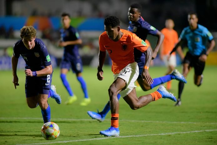 Joseph Scally (l) in de duel met Oranje-aanvaller Jayden Braaf op het WK onder 17.