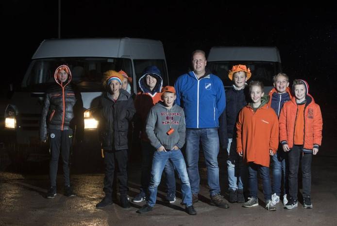 Gerard van Voorst met de jeugd van Otterlo op weg naar Oranje. Foto: Herman Stöver