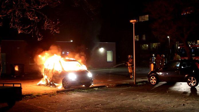 Auto brandt uit aan Marco Pololaan in Utrecht.