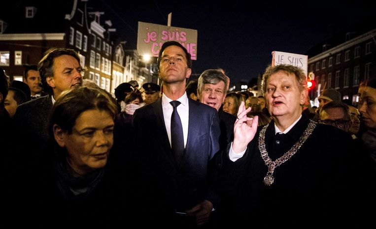 Premier Mark Rutte met burgemeester Eberhard van der Laan (R) van Amsterdam tijdens de Je Suis Charlie-bijeenkomst in Amsterdam gisteren. Beeld epa