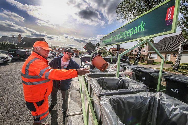 Het mobiel containerpark was gisteren voor het eerst te gast in de Tientjeswijk in Bissegem.