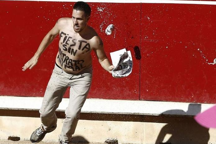Peter Janssen voert in Spanje ook actie tegen het stierenvechten door in de arena te springen.