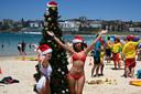Op het Zuidelijk halfrond is het zomer. Het strand van Bondi Beach in Sydney is ondanks de brandende zon volop in kerstsfeer.