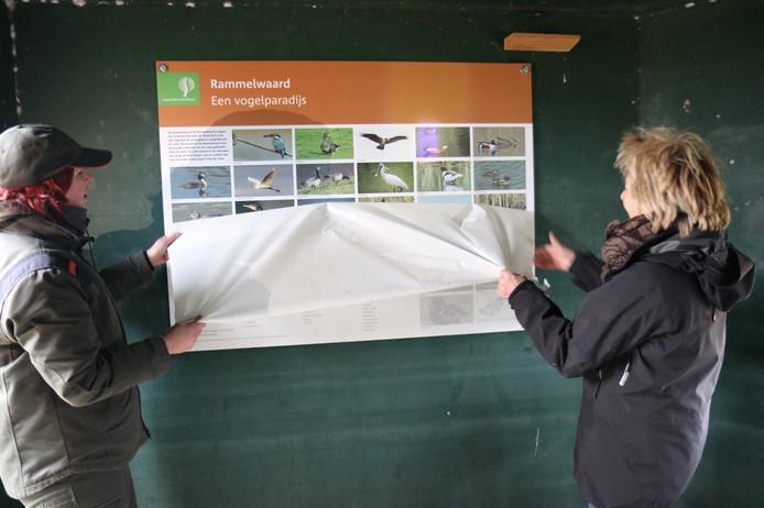De vogelkijkhut in de Rammelwaard bij Voorst werd vanmiddag voorzien van een paneel. Boswachter Jaël Bergwerff en werkgroeplid Carin Barendregt onthulden het paneel.