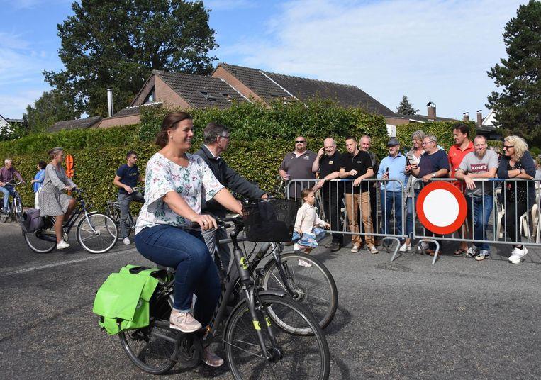 In de Schansstraat werd een speciale fietstocht gehouden.