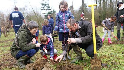 Kinderen planten geboortebos naast Dokkenevijver