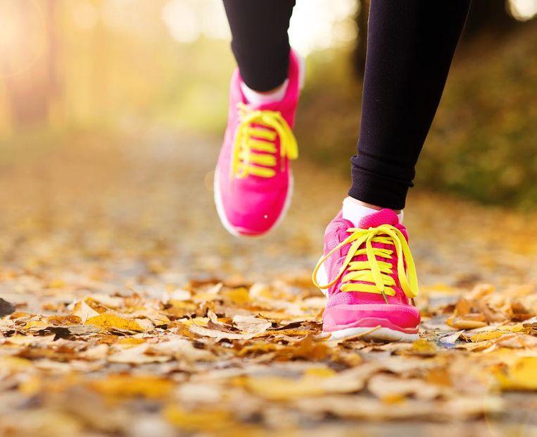 Een wandeling of lichtjes sporten tijdens een verkoudheid kan zeker geen kwaad