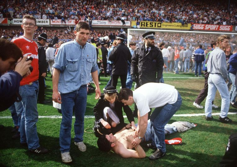 Gewonde fan op het veld tijdens het Hillsborough drama in 1989 Beeld afp