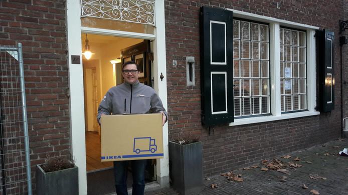 Graham Cant verlaat met een volle verhuisdoos de woning aan de Markt in Zevenbergen.