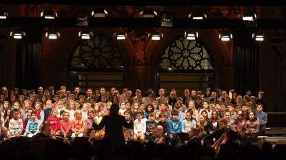 250 leerlingen zingen in kathedraal voor vrede en voor goed doel