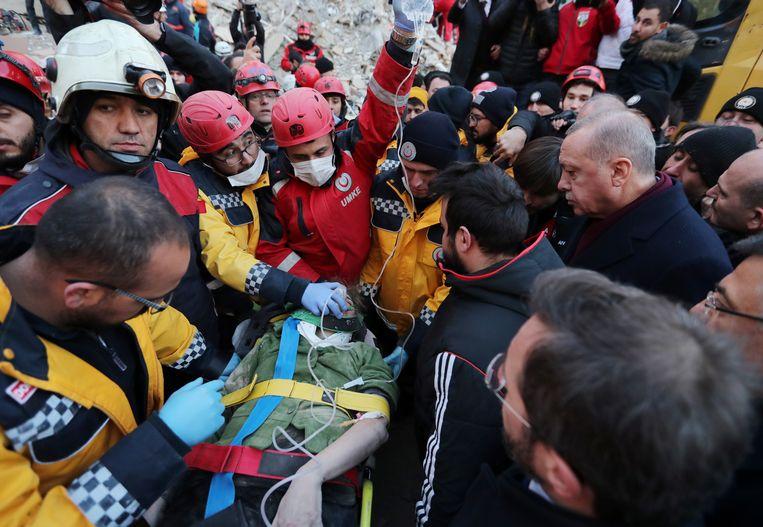 Reddingswerkers in Elazig hebben sinds vrijdag 45 mensen vanonder het puin gehaald.