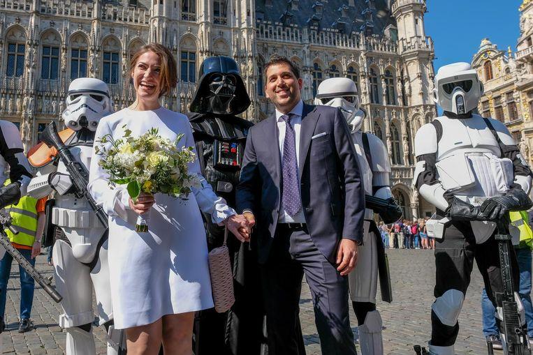 Trouwkoppel gaat met Darth Vader en zijn stormtroopers op de foto.