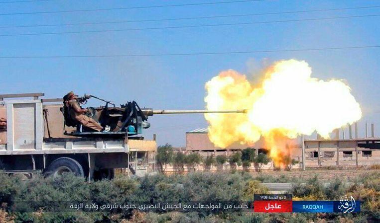 Een beeld dat IS vorige week verspreidde waarop naar hun zeggen naar Syrische troepen wordt gevuurd in het zuidoosten van Raqqa.