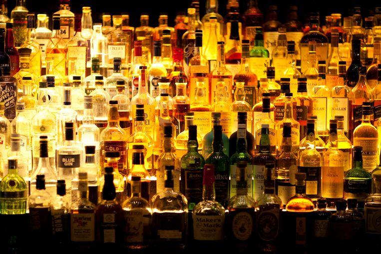 Webwinkel Bol.com verkoopt vanaf vandaag ook alcoholische dranken. Klanten kunnen via de site onder meer wijn, speciaalbier en sterke drank kopen.