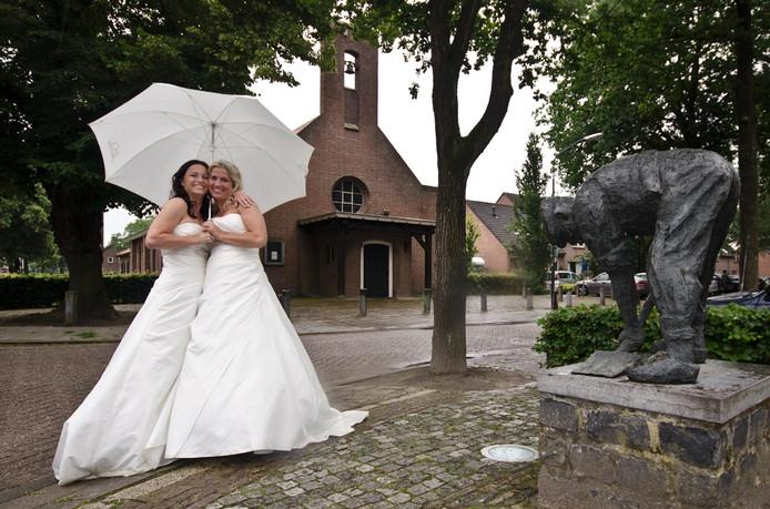 Maartje en Marlies trouwden voor de kerk in Haghorst