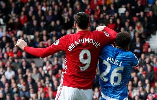 Zlatan plant zijn elleboog in het gezicht van Mings.