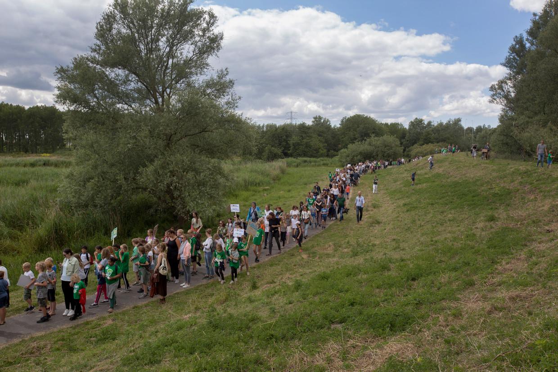 Kinderen wandelden vandaag van Amsterdam IJburg naar Diemen om te demonstreren tegen de biomassacentrale die energiebedrijf Vattenfall wil bouwen.
