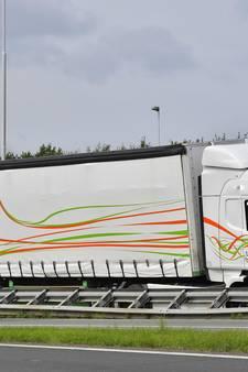 Vrachtwagen belandt in vangrail A58 Tilburg, weg urenlang afgesloten