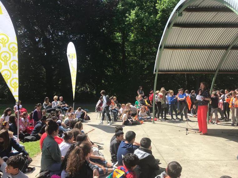 De kinderen verzamelden in het Beeldenpark.