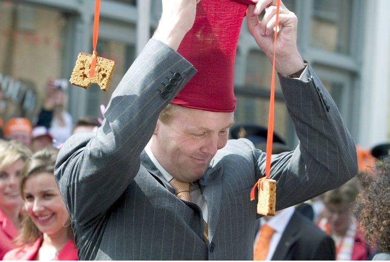 Willem-Alexander tijdens het koekhappen in Scheveningen, Koninginnedag 2005. Beeld null