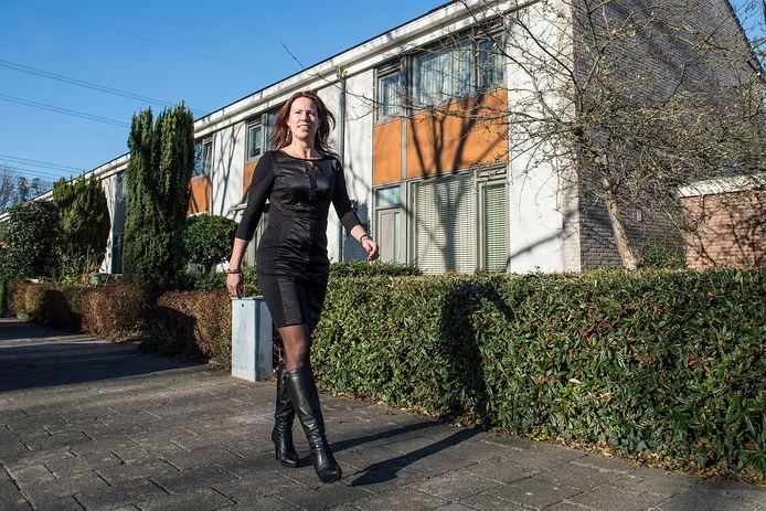 BREDA - Directeur Jessie Bekkers van woningcorporatie Laurentius loopt langs duurzaam gemaakte woningen aan de Harelbekestraat in de wijk Wisselaar.