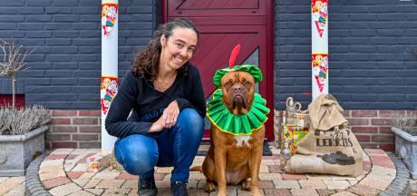 Deze hond laat zich braaf verkleden als Piet: 'Ze vindt het leuk'