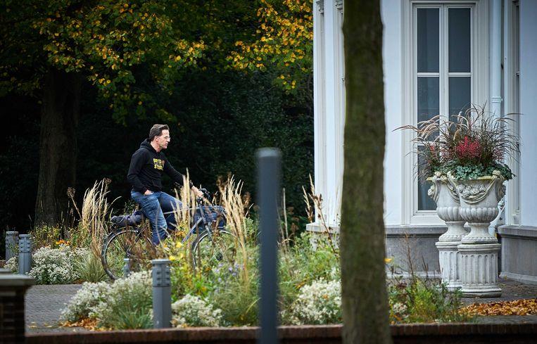 Premier Mark Rutte arriveert zondag bij het Catshuis voor het overleg tussen ministers en deskundigen over het coronavirus.  Beeld Phil Nijhuis, ANP