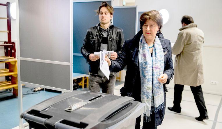 Mensen brengen hun stem uit in basisschool Wolters voor de Tweede Kamerverkiezingen. Beeld anp