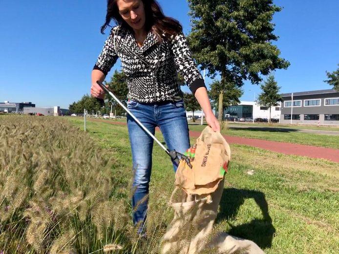 Jacqueline ruimt op World Cleanup Day rommel op langs de Nansenbaan in Goes. Ze komt vooral fastfoodverpakkingen tegen.