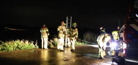 Auto rijdt kade af in Tiel en eindigt op krib, brandweer schiet te hulp